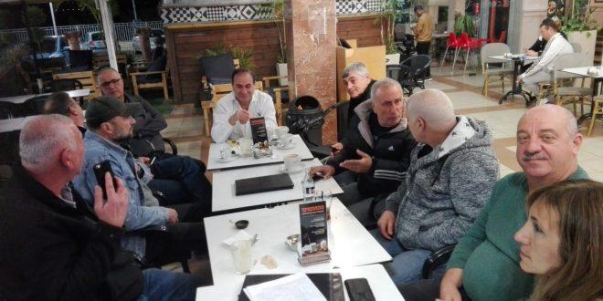 """התושבים בפגישה עם עו""""ד דוד מנע (צלום עצמי)"""