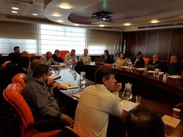 לסייע בקידום העיר. ישיבת נציגי העירייה ונציגי האשכול | צילום: עצמי