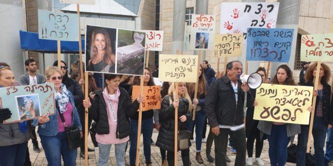 חברי קיבוץ גינוסר מוחים בפתח בית המשפט | צילום: שלומי גבאי