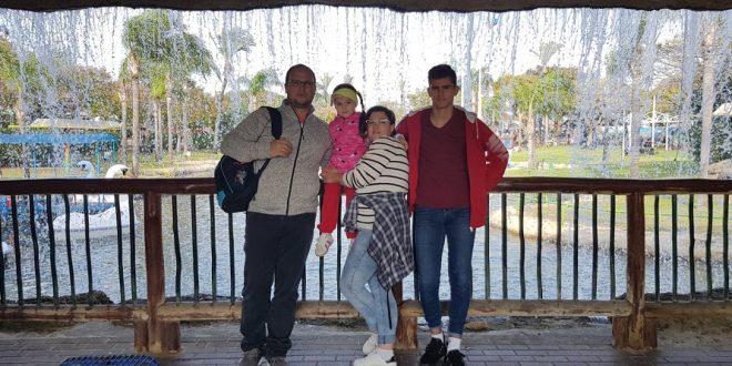מימין: לושה עם משפחת פוקסמן באחד מטיוליהם המשותפים