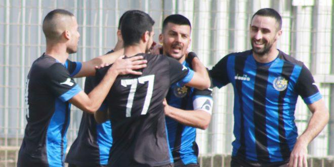 חוגגים את שער הניצחון עם הקפטן. שחקני אתא | צילום: איסר רביץ