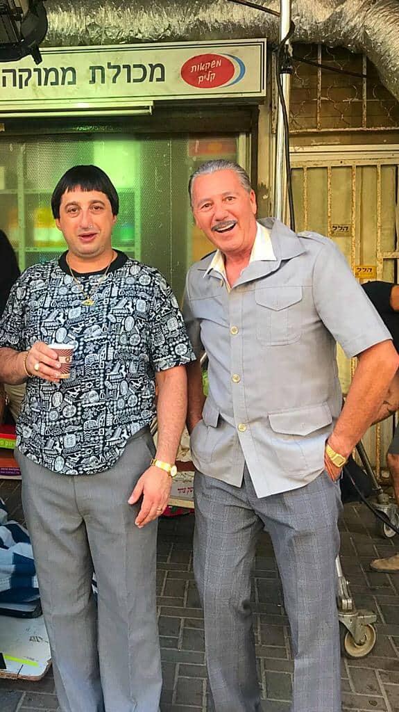 """2 יוסי וידר בדמותו של מנדל הרומני ב""""שנות ה-80"""" עם גרא סנדלר, המגלם את ממוקה   צילום: עצמי"""