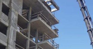 הבניין בו נפל הפועל מהקומה ה- 7 (צילום דוברות המשטרה)