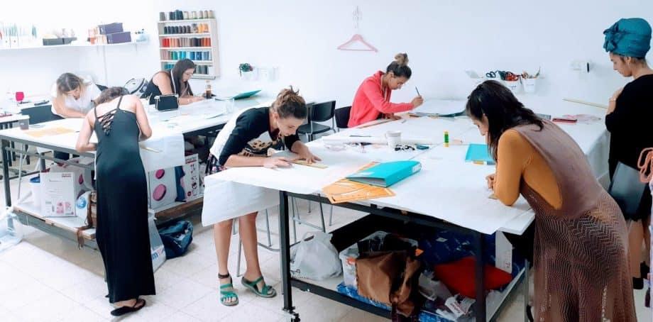 נשים מעדיפות לתפור לעצמן בגדים מאשר לקנות. הסטודיו של רויטל אבידר צילום: באדיבות רויטל אבידר