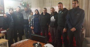 השוטרים בבית המשפחה בכפר קרע. צילום: משטרת ישראל