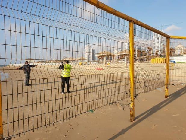 חוף פולג נסגר בגדרות . צילום פרטי