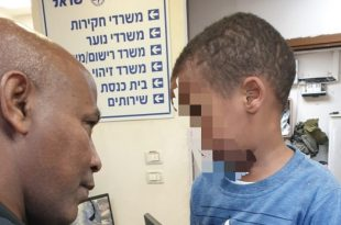 הילד בתחנת המשטרה צילום: משטרת ישראל