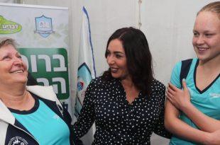 אנסטסיה גורבנקו עם המאמנת לודמילה זליצ'ונוק ושרת הספורט מירי רגב | צילום: גיל נחושתן