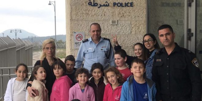 התלמידים בתחנת המשטרה (צילום עצמי)