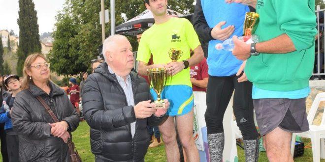 ראש העיר רונן פלוט מעניק גביעים לזוכים (צילום ישראל פרץ)