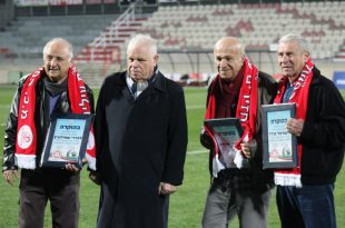 שלושת שחקני העבר עם ראש העיר (צילום חגאג רחאל) (1)