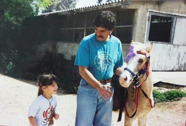 פוני במתנה. לי וגסנברג בילדותה עם אביה וסימבה | צילום: אלבום משפחתי