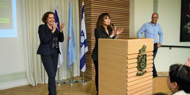 חתולאית בנשמה. ירדנה ארזי וראש העירייה (צילום: יהודה כהן, לעיריית חיפה)
