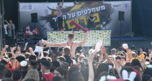 חוגגים ליד הבית (צילום: ניר בלזיצקי, דוברות עיריית חיפה)