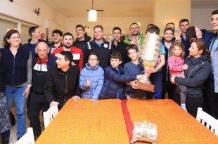 ביקור בהפתעה. שחקני הפועל מטה אשר/עכו מביאים את גביע המדינה למשפחת לבנה