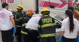 חילוץ נהגת בתאונת דרכים. צילום: דוברות כיבוי והצלה