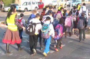 ילדים חוצים כביש. צילום: אור ירוק
