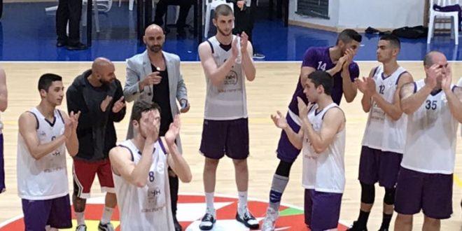 כדורסלני נצרת עילית מודים לקהל (צילום יצחק סולומון)