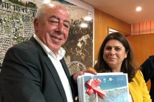 עותק מתוכנית המתאר המאושרת לראש העירייה דוד אבן צור | צילום: דוברות העירייה