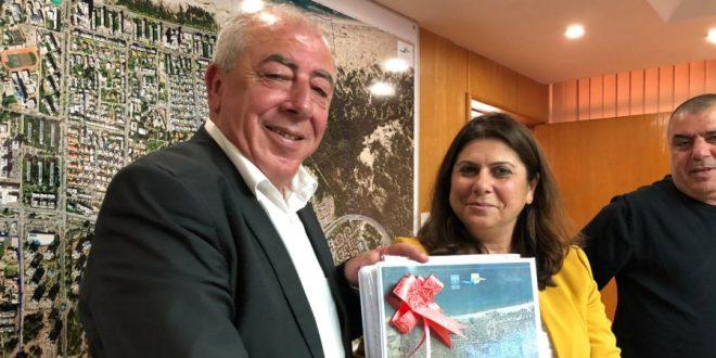 עותק מתוכנית המתאר המאושרת לראש העירייה דוד אבן צור   צילום: דוברות העירייה