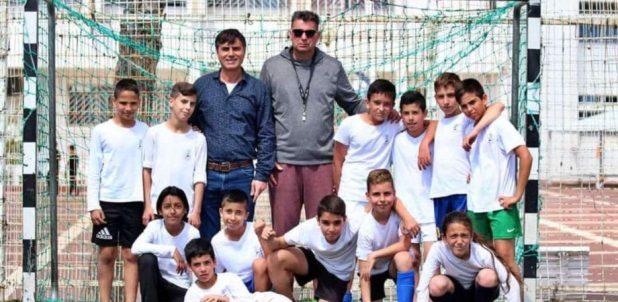 מנהל מחלקת הספורט בעיריית נהריה משה שטרית עם שחקני האלופה מבית הספר ע