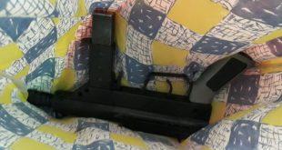 נשק מסוג קרלו שנמצא במקלט סמוך לנהריה. קרדיט צילום דוברות המשטרה
