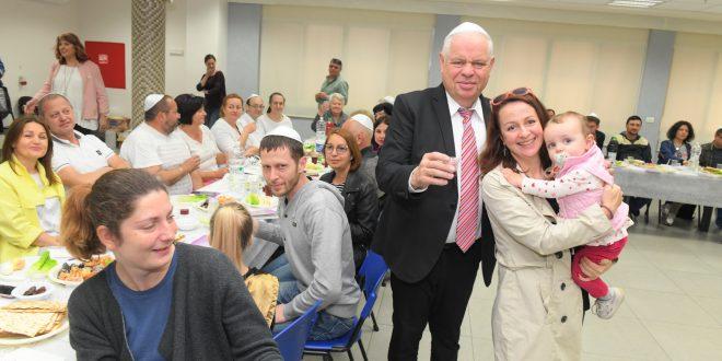 ראש העיר רונן פלוט חוגג עם העולים (צילום עצמי)