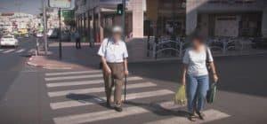 קשישים חוצים מעבר חצייה. צילום: אור ירוק
