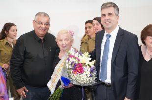 ראש העיר אלי ברדה ושר הכלכלה אלי כבן,  מכבדים את השורדת ממגדל העמק (צילום עצמי)