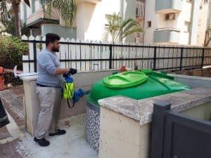 מדבירים את פחי האשפה (צילום דוברות העירייה)