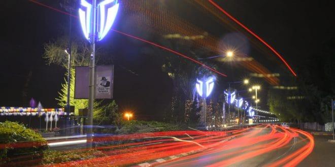 דגלים זוהרים ברחבי העיר (צילום ישראל פרץ)