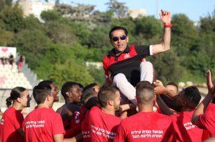 מניפים את המאמן אל על (צילום חגאג רחאל)