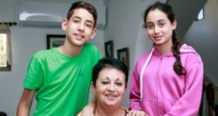 מרגריטה קיקיס עם התאומים רוני וניב צילום אלכס הובר