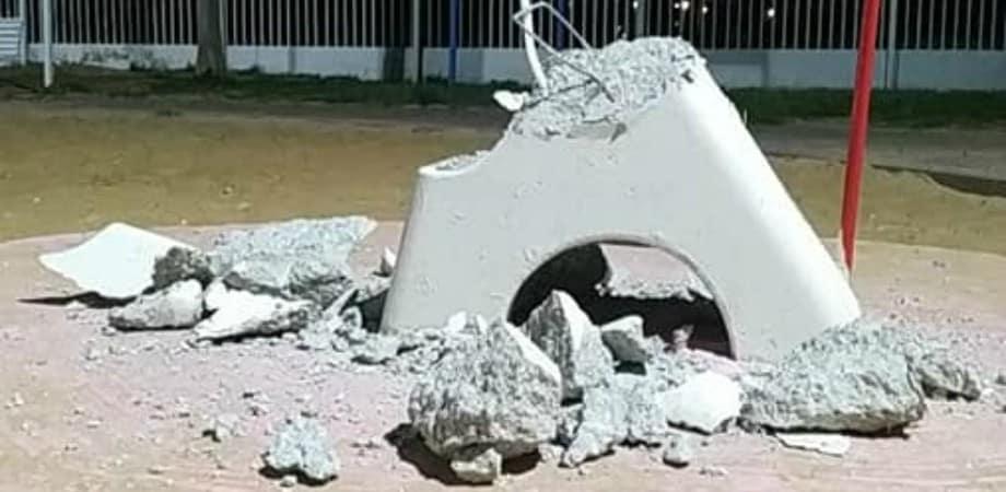 """הרס בגן שעשועים בשכונת """"עין שרה: צילום: עדי יצחק"""