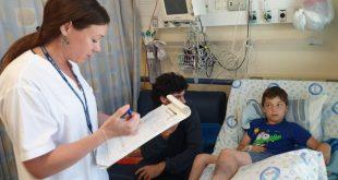 שי, אביו ואחות המחלקה אולגה, מתאושש במחלקת ילדים של הלל יפה. צילום: דוברות הלל יפה