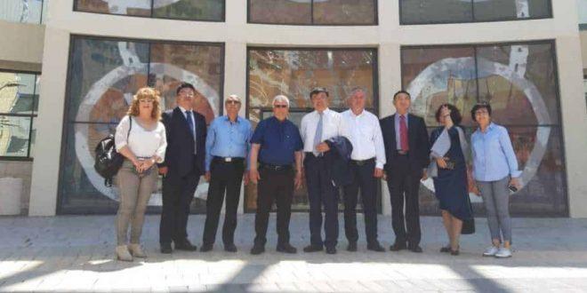 ראש העירייה חיים צורי וחברי המשלחת הסינית | צילום: דוברות העירייה