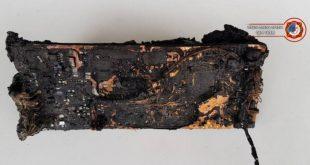 הטלפון הסלולרי שגרם לשריפה ומה שנשאר ממנו | צילום: דוברות כיבוי והצלה