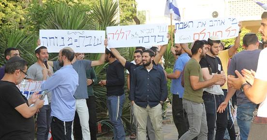 צעירים מפגינים ברחבת העירייה נגד פתיחת עסקים בשבת. צילום: קרן אידלזון