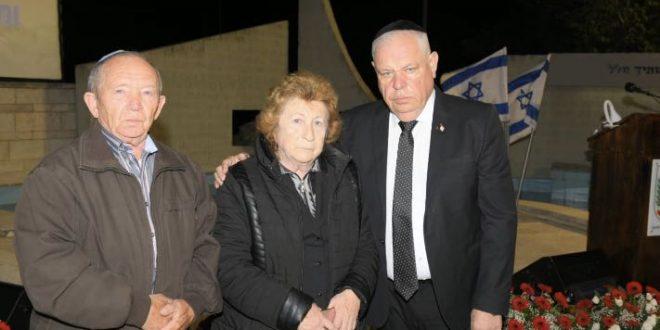 ראש העיר רונן פלוט עם ההורים השכולים (צילום ישראל פרץ)