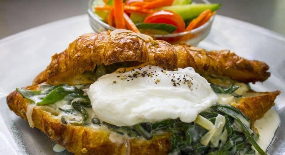 קרואסון חמאה ממולא תרד באלטו צילום: עדי מזן