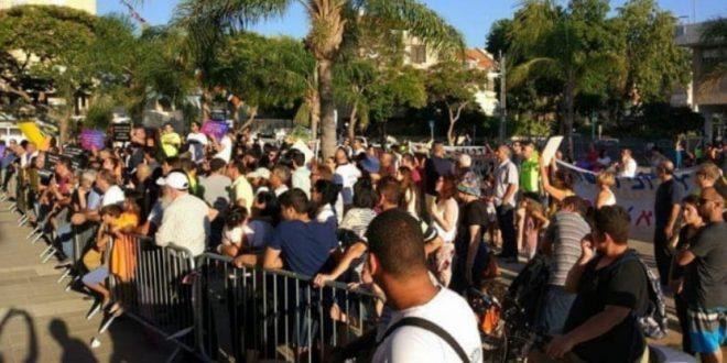 מפגינים מול בניין העירייה