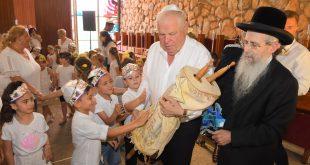הרב הרצל באירוע בנצרת עילית עם ראש העיר (צילום ישראל פרץ)