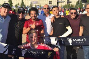 """רגע לפני המשחק """"סלאח"""" מתפנה לצילום עם החבורה הישראלית על רקע האצטדיון   צילום: עצמי"""
