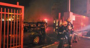 שריפה במגרש מכוניות בנשר | צילום: דוברות איחוד הצלה