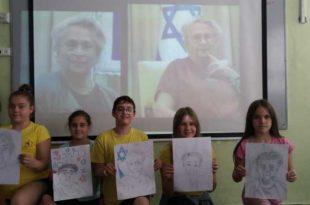 תלמידים בקרית מוצקין והציורים | צילום: דוברות העירייה