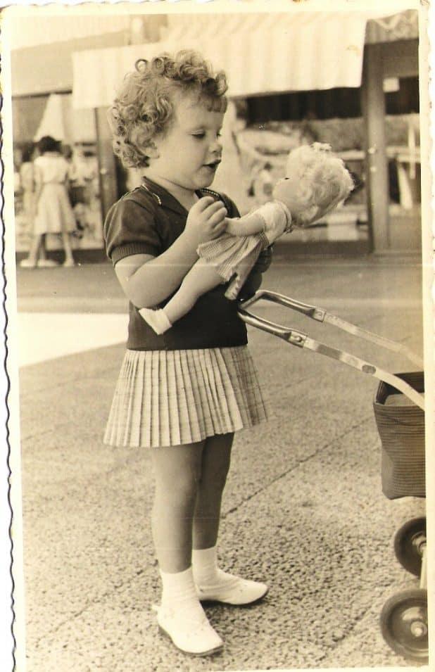 סמדר גנזי בילדותה במרכז רסקו בקרית מוצקין | צילום: אלבום משפחתי