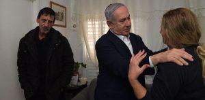 """ראש הממשלה מנחם את אמו של מוטי בן שבת ז""""ל. צילום: קובי גדעון, לע״מ"""