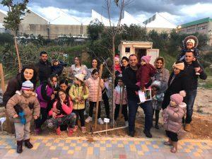 תושבי ודיירי קהילת אכזיב נוטעים עץ לזכרו של מוטי בן שבת | צילום יוסי כהן