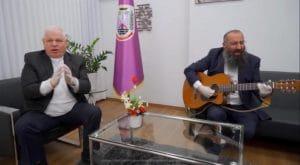 יום הולדת בימי הקורונה | פלוט שר, הרב קריספיל מנגן. מזל טוב (צילום עצמי)