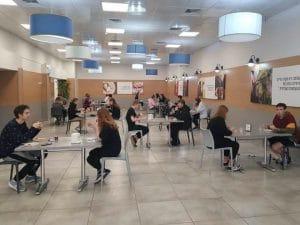 חניכי פנימיה באלוני יצחק יושבים בחדר האוכל בהתאם להוראות (צילום: המינהל לחינוך התיישבותי פנימייתי ועליית הנוער) | בית לא סוגרים